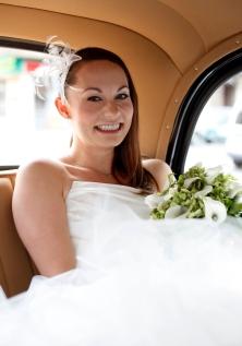Die Braut im Hochzeitsauto kurz vor der Trauung