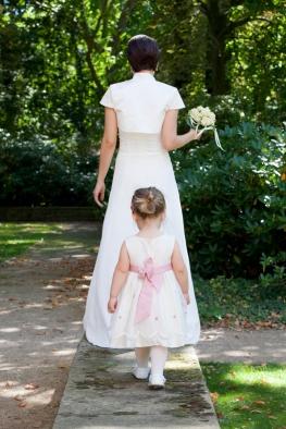 Braut und Tochter in Weiß und Rosa