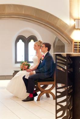 Brautpaar in einer Kirche in Berlin
