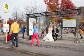 Brautpaar an der Bushaltestelle