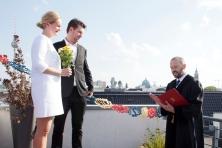 Trauung über den Dächern von Berlin - Hochzeitspaar aus Norwegen mit einem befreundeten Standesbeamten