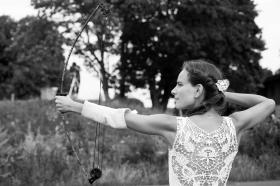 Hochzeitsreportage - Bilder von der Braut beim Bogenschießen