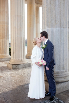 Hochzeitskuss am Brandenburger Tor in Berlin