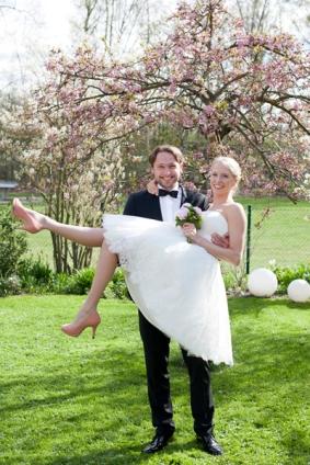 Die Braut wird auf Händen getragen