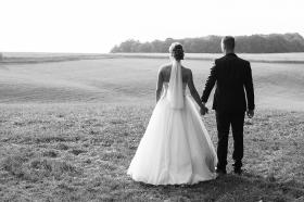 Hochzeitsfotografie auf dem Land in SchwarzWeiß