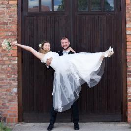 Landhochzeit - die Braut auf Händen tragen