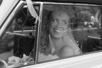Braut im Hochzeitsauto