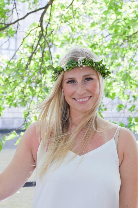 Braut mit Blumenkranz im Haar bei ihrem JGA in Berlin