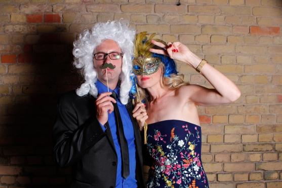 Unerkannte Gästefotos mit Perücke, Maske und Schnurrbart beim Photo Booth