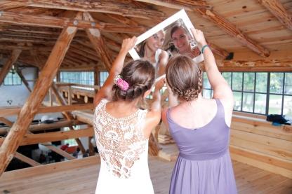 Braut und Trauzeugin beim Photo Booth