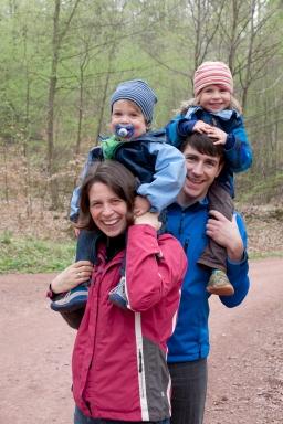 Familienfoto unterwegs beim Wanderausflug in Berlin